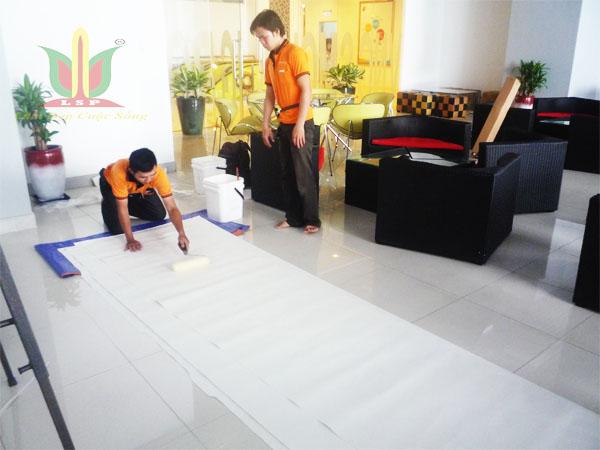 nhân viên thi công giấy dán tường