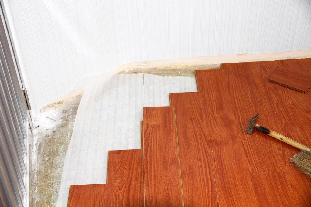 thi-cong-giấy dán tường-kết-hợp sàn-gỗ