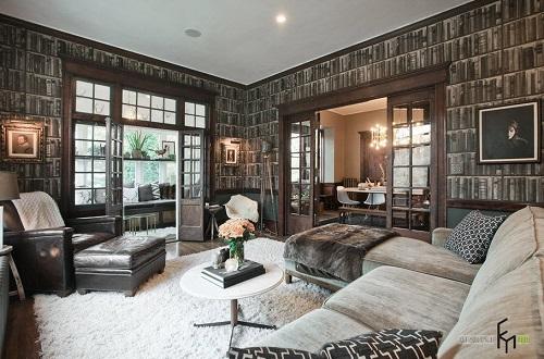 Loại giấy dán tường có màu tối mang phong cách cổ điển sẽ phù hợp với loại nội thất có chất liệu da bóng hay nhung tuyết.