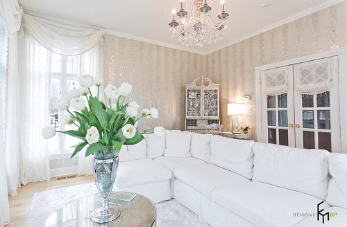 Nếu cần tăng sáng cho phòng khách, đừng ngần ngại lựa chọn giấy dán tường có sắc vàng ánh nhũ, gam màu này sẽ khiến không gian thêm sang trọng và tinh tế hơn.