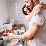 Chia sẻ việc rửa bát vợ chồng sẽ hạnh phúc hơn!