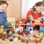 Có nên bắt trẻ nhường đồ chơi?