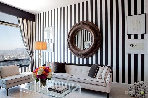Màu kẻ sọc trắng đen luôn mang đến sự mới lạ và trẻ trung cho căn nhà, với cách thiết kế này gia chủ sẽ không mất công trang trí những khoảng tường trống.