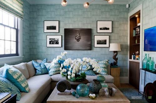 Ấn tượng với màu tường xanh nhạt cực kỳ mát mắt ăn nhập theo gam của đồ trang trí như gối tựa, bình hoa thủy tinh.